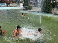 Sıcaktan bunalan çocuklar tehlikeye aldırış etmeden süs havuzuna daldı