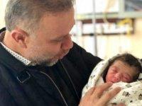 Yeni boğan bebeğe bayrak ve Kuran