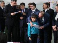 Bakan Selçuk, birinci sınıf öğrencilerine karnelerini dağıttı