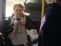EGO otobüsünde giderken kazağını da ördü