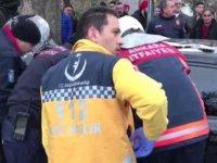 Tedaviyi reddeden yaralı sürücüyü ekipler ikna etti