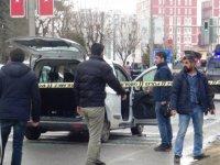 Kırmızı ışıkta bekleyen araca silahlı saldırı: 1 ölü, 4 yaralı