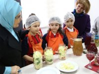 Emine Erdoğan, öğrencilerle kurabiye yaptı