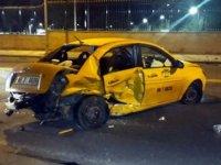 Lüks otomobil taksiye çarptı: 1 ölü