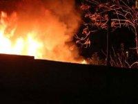 Şişli'de atık malzemelerin toplandığı iş yeri alev alev yandı
