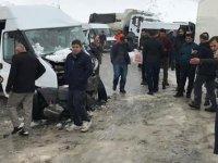 Yolcu minibüsü ile kamyonet çarpıştı: Çok sayıda yaralı var