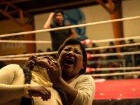 Meksika'nın cholitas yani kadın dövüşünde her şey serbest