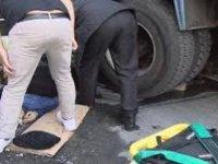 Kamyonun altında can pazarı: İtfaiye ekipleri zor kurtardı
