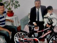 Pursaklar Belediye Başkanı Ertuğrul Çetin, sünnet ziyaretlerinde çocuklara bisiklet hediye etti