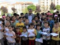 Pursaklar Belediye Başkanı Ertuğrul Çetin çocuklara hediyeler verdi