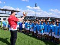 Çocuklara spor malzemeleri Başkan Oğuz'dan