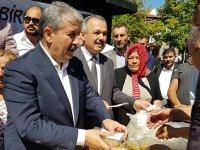 Mustafa Destici vatandaşlara aşure dağıttı