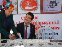 Engelli şair tek parmağıyla yazdığı kitabını imzaladı