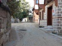 Hamamarkası Vardar Sokak'taki bozuk yola kilit taş döşendi