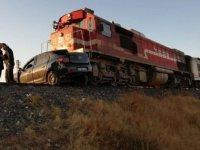 Tren otomobili 200 metre sürükledi: 1 ölü 2 yaralı