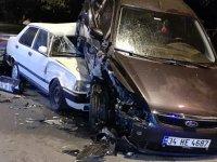 Polisten kaçan şüpheliler park halindeki 6 otomobile çarptı