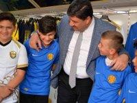 Kahramankazan Belediye Başkanı Serhat Oğuz çocuklara Ankaragücü forması hediye etti