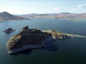 Ada görünümlü Pertek Kalesi göz kamaştırıyor