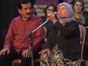 85 yaşındaki Hatice ninenin türküsü dinleyenleri mest etti