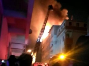 Pendik'te binanın çatı katı alev alev yandı