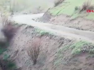 Saniye saniye mobesede: Otomobil dereye uçtu