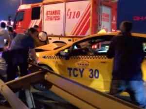 15 Temmuz Şehitler Köprüsü'ndeki kazada bariyerlere sıkışan kadını itfaiye kurtardı