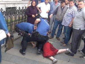 Polis memurunun silahını almaya çalışınca...