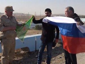Rus komutandan Ayn El Arab'da PYD paçavralı poz