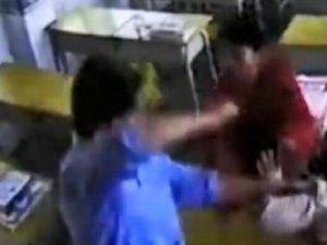 Saldırgan, kadın öğretmeni sınıfta defalarca yumrukladı