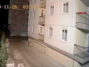 Arnavutluk'taki deprem anı böyle görüntülendi