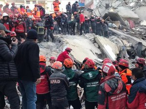 İki kişiyi daha enkaz altından sağ olarak çıkarıldı