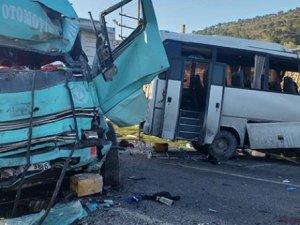 İzmir'de işçi servisi ile kamyon çarpıştı: 4 ölü 8 yaralı