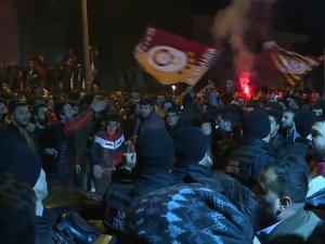 Galatasaray taraftarından Florya'da derbi kutlaması
