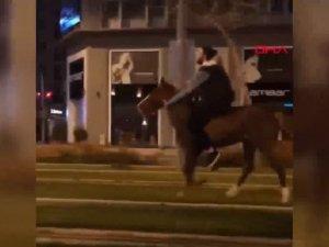 Tramvay yolunda atla görüntülendi verdiği cevap şaşkına çevirdi