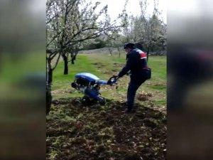 Evinden çıkamayan çiftçinin tarlasını jandarma çapaladı