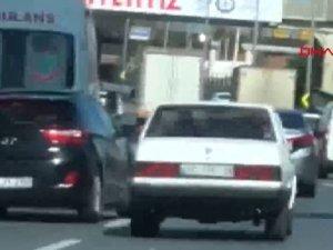 Bakırköy D-100'de makas atan otomobil kamerada
