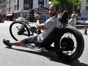 Kendi tasarladığı bisikletle, yollarda ilgi odağı oldu