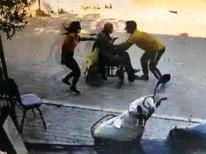 Tekerlekli sandalyenin kontrolünü kaybeden yaşlı adamı kurtarma anı kamerada