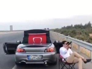 Otoyol kenarında oturup, havaya ateş açan sürücü yakalandı