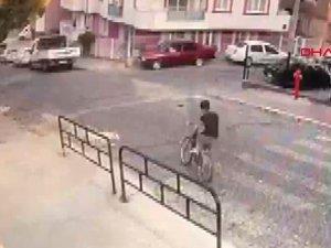 Halilcan sokak köpeklerinden kaçarken kazada öldü; o anlar kamerada