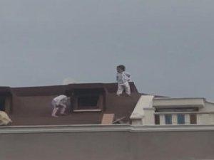 Çocukların çatıdaki tehlikeli oyunu kamerada