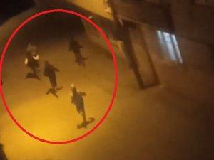 Kısıtlamayı ihlal eden gençlerin polisten kaçtığı anlar kamerada