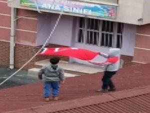 İki küçük çocuğun bayrak sevgisi