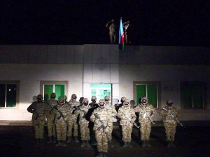 Azerbaycan ordusu işgalden kurtarılan Laçın'a bayrak dikti