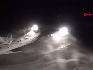 Tipide mahsur kalan gazetecileri karla mücadele ekipleri kurtardı