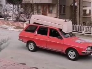Kanepe taşınan otomobille tehlikeli yolculuk