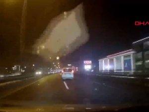 Otomobilinin camına buz kütlesi düşen akademisyenin zor anları kamerada