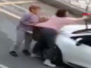 Eli bıçaklı kadının sokakta iki kişiye saldırdığı anlar kamerada