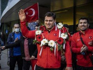 Milli güreşçiler Rıza Kayaalp ve Murat Fırat, Ankara'da coşkuyla karşılandı
