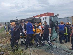 Servis midibüsü bariyerlere çarpıp devrildi: 3'ü ağır, 20 yaralı
